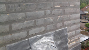 Voegwerkzaamheden aan de schoorsteen incl. loodwerk ingevoegd