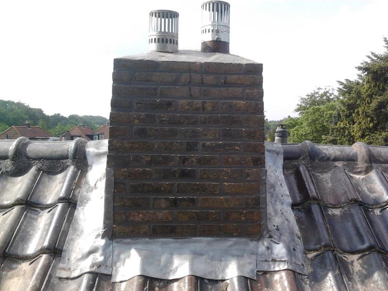 Vooraanzicht schoorsteen na impregneren loodinvoegen en nokvorst renovatie