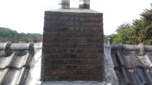 Vooraanzicht schoorsteen na impregneren lood invoegen en nokvorst renovatie